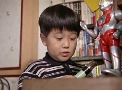 ウルトラマン第27話「怪獣殿下(後編)」の劇中で、おさむくんの机の上にある歩くウルトラマン人形はどこのメーカーの玩具でしょうか? マルサンかブルマアクだとは思いますが ご存じの方教えてください。