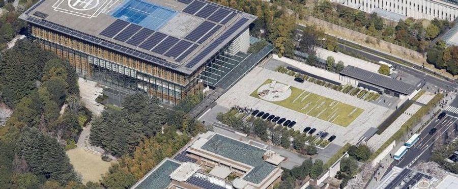 福島か熊本(?)の地震の時に 「ソーラー発電パネルが割れた物に むやみ触ると感電する恐れがある」 的な内容の地震災害時の注意的な特集を 報道で見た記憶があるのですが 建物屋上ヘリポート近くに ソー