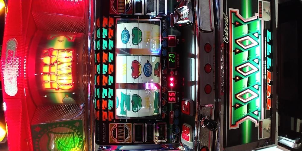「コンチ4X」という4号機パチスロがゲームセンターに導入されました。 しかし、致命的なことにリールのバックライト ?が9個すべて点灯しません 内部状態示唆のフラッシュはおろか、何よりREGがナビされたとき、音で「レッド・グリーン」は聞けても、どのリールを狙うのかがわかりません。 筐体上部のライトに法則があったりして、そこからどのリールを止めるべきか分かったりしないでしょうか。 とりあえず店...