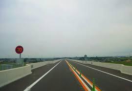 圏央道こと首都圏中央連絡自動車道の久喜白岡JCT以東は画像のような「2車線区間」です。 これが原因だからか開通してからそれほど経ってもいないのにやたらめったら「夜間通行止め」して工事しているのは些か「ハラスメント」では? 開通させるだけさせておいて開通後のことを全く考えないスタンスにも喝を入れるべきでは?