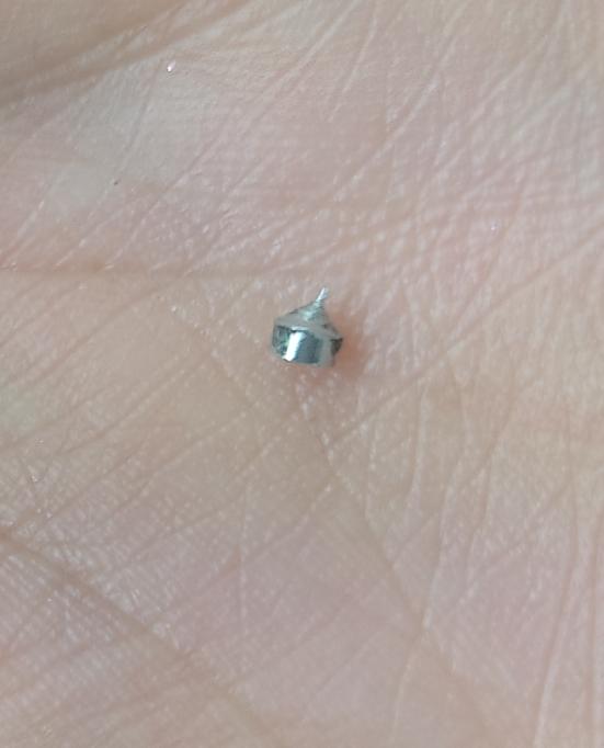 初めまして。 わかる方がおりましたら教えて欲しいです。 仕事で異物が入っており困っております。 身に覚えのない小さい米粒の半分くらいの小さい金属の部品のような物が入っておりました。 調べてみても分からず形は駒みたいで先がとんがってて、ネジではないようです。 ちなみにピアスやネイル用品とかではないです。