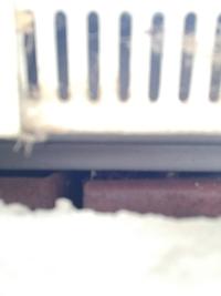 土台水切りと外壁の隙間が大きいような気がします 自分で直すしかないのでしょうか?