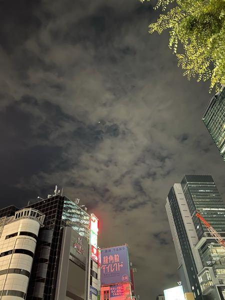 【 東京/渋谷の、謎の、ヘリコプター 】 友人から、もらった、今日の渋谷の、夜の、空の画像です。へんちくりんな、ヘリコプターが、飛んでいたのですが、これは一体何でしょうか? 確か、関東の空は...