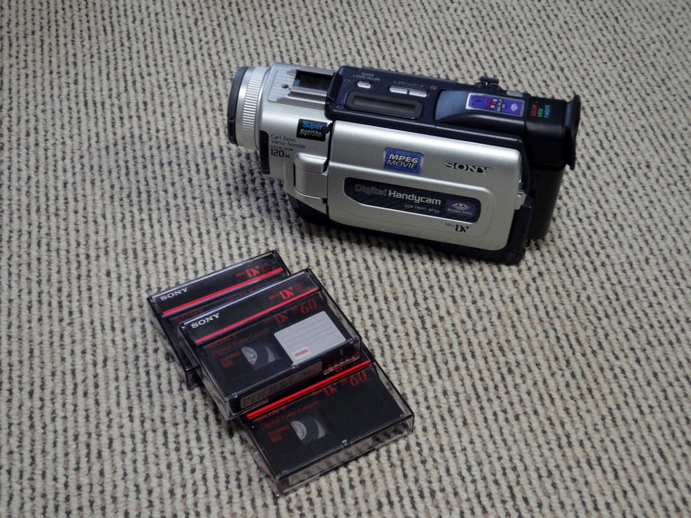 15年前くらいに使っていたビデオカメラで撮影していたデジタルのテープ(ミニDVテープ)があるのですが、 データにしてPCに置いておきたいのですが、そんなことできますでしょうか?できるとしたらやり方を教えてください。 テープを再生させながらDVDデッキに取り込みDVDかブルーレイに焼くことを考えたのですが、劣化して再生できなくなる可能性もあるためMP4などデータ化がいいのかなと思いますがやり方があるのか分かりません。 何かいい方法を教えてください