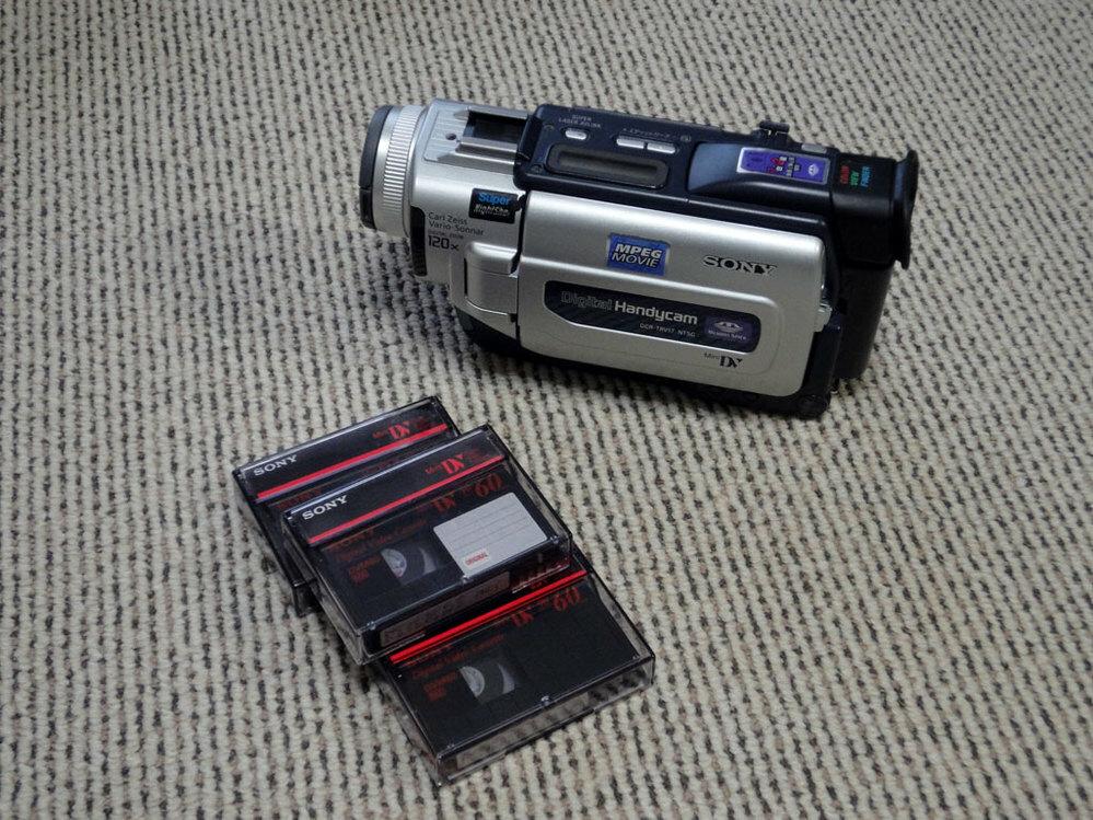 15年前くらいに使っていたビデオカメラで撮影していたデジタルのテープ(ミニDVテープ)があるのですが、 データにしてPCに置いておきたいのですが、そんなことできますでしょうか?できるとしたらやり方を教えてください。 テープを再生させながらDVDデッキに取り込みDVDかブルーレイに焼くことを考えたのですが、劣化して再生できなくなる可能性もあるためMP4などデータ化がいいのかなと思いますがやり...