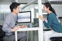 職場でこんな感じで座る人がいますが、 皆さんの許容範囲は以下のどれに当てはまりますか? A どんな場合でも職場で脚を組むのはNG B 休憩中はOKで仕事中に組むのはNG C デスクワーク中はOKだが対面中に組むのはNG D 同期や後輩なら対面中でもOKで上司や先輩の時はNG E 社外の人がいなければ人前でも組むのはOK