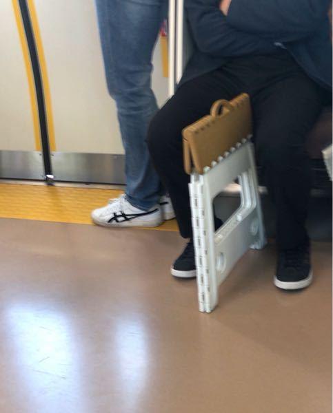 東京の電車でこういうのに座っても良いのでしょうか?具合がよろしくない時に席が空いてない事が多くて端で、座っても大丈夫なのでしょうか?法律的に。ご存知の方、教えて下さい。
