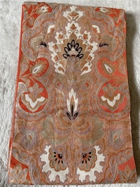 黒留袖にこの袋帯は使えますか? 地色はオレンジで 金と銀と白の糸で柄が施されています。