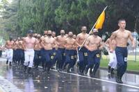 第一空挺団の上半身裸を見ると腹筋が割れている方と割れていない方がいます 筋肉量や体脂肪率を考えるとこの仕事ではどちらがベストなんでしょう