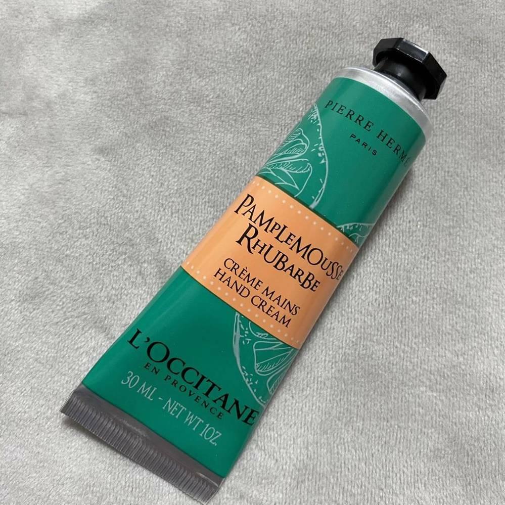 乾燥肌なのですが、ベタつかないハンドクリームを探しています。 ハンドジェルも試してみましたが、手が濡れた時にヌルヌルが復活するのが苦手であまり使っていません。 今はロクシタンで数年前に買ったピエールエルメコラボのパンプルムースルバーブを愛用していますが、限定商品のため入手が難しく、似たようなサラサラ系テクスチャの商品があれば教えていただきたいです。 ローズの香りが苦手なのでそれ以外なら特に...