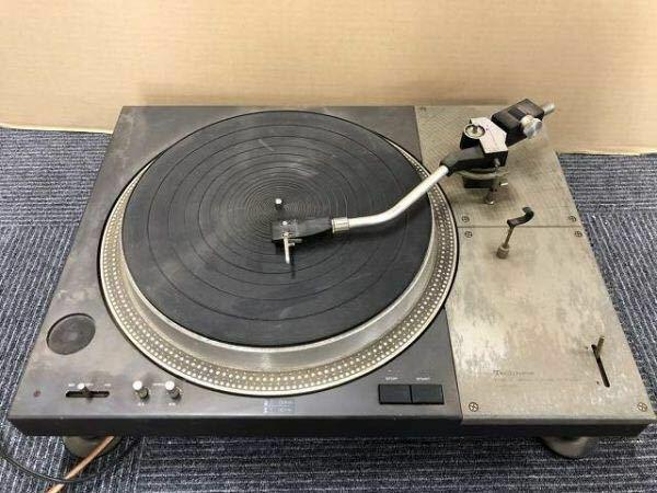 レコードプレーヤーについての質問です。今から3年ほど前にテクニクスSL1100を譲ってもらいました。 ダメ元で質問しますが、隣に住んでいた老夫婦が引っ越しの際に無償で譲り受けたものです。 販売されたのは今から40年以上前で、私が生まれる前ですから随分と古いのですが、ダストカバーが無くて扉付きのオーディオラックの中にセッティングするのが前提のプレーヤーのようです。でも作りが今では考えられない...