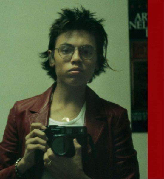 質問です。この男性が手に持ってるカメラはMamiyaのなんというモデルのフィルムカメラでしょうか? https://owlbureau.com/products/davide-sorrenti-argueske-1994-1997