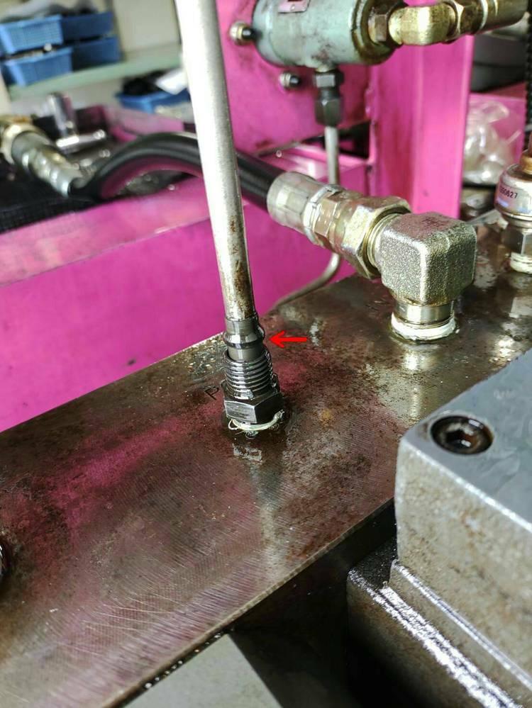 油圧の機械の配管に使われている赤矢印のカシメのような部品の名称を教えてください。 また、この配管自体の名称も教えていただきたいです。鉄管?でしょうか?