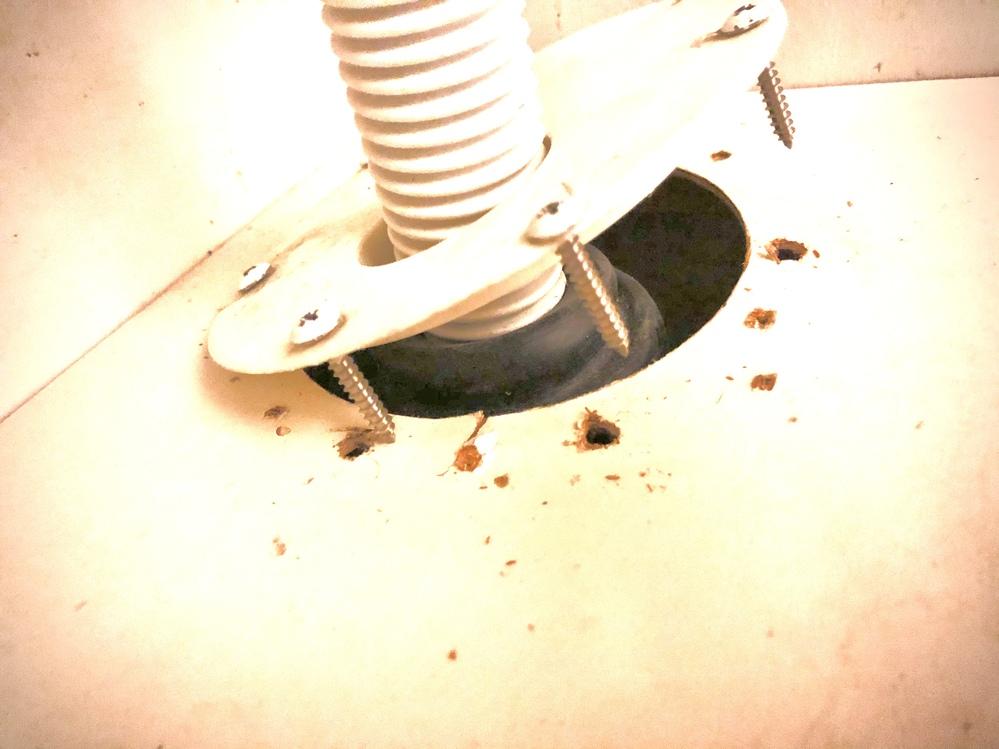 洗面台の排水管部分?についてです。 写真のように、ゴム部分が洗面台の高さより高いのか、止めているプラスチックが盛り上がった状態で無理やり押さえつけてあったようで、床の板がその力に負けて割れてビスが外れてしまい、止め直しも出来ません。 この事態を解消するには業者さんにお願いしないとダメでしょうか? ホームセンターなどで部品を揃えて自力でなんとか出来るなら、買い揃える部品と方法を教えて頂きたいです。宜しくお願いします。