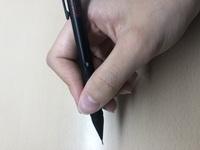 シャーペンの持ち方を治したいです。  調べてみたのですがこの持ち方であってるのでしょうか?? ちなみに三角形は作れると思います! あと質問なんですが、どうしても文字を書く時には人差し指がカクっと曲がってしまいます。  これはだめなんですか??  教えてください!