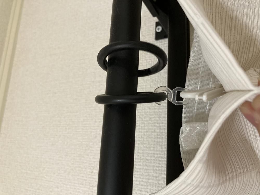 カーテンレールについて 引越し先でカーテンを取り付けようとしています。 いわゆる装飾レールというものなんですが、丸い輪っかに透明なフックが付いていてそこにカーテンをかけるようです。(画像参照) ...