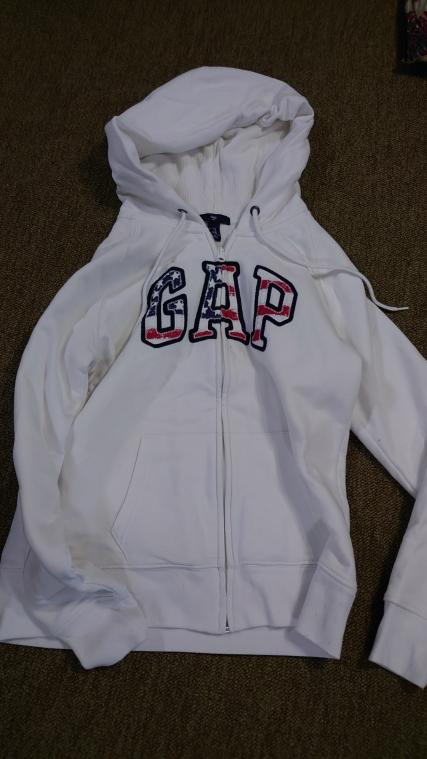 GAPのパーカーって女子中学生や高校生で着ている人多いですか?制服でもたまに見ますが何にでも合う感じですか?
