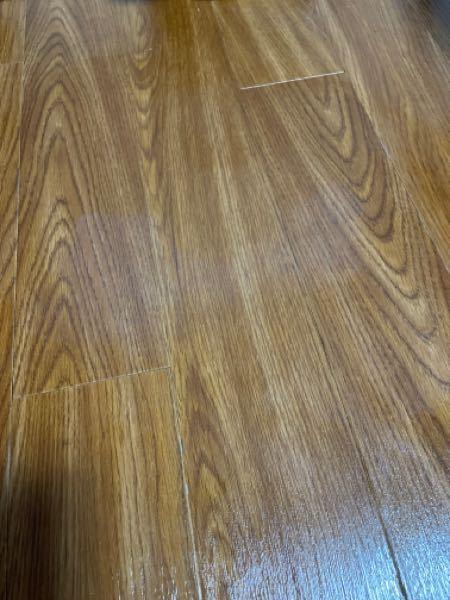 床の異臭と変色をとる方法が知りたいです。 ごみ袋を床に置いていたら、床のフローリングの一部分が白くなっていて、異臭が発生するようになっていました。もしかしたら中に入っていたバナナの生ゴミが原因で...