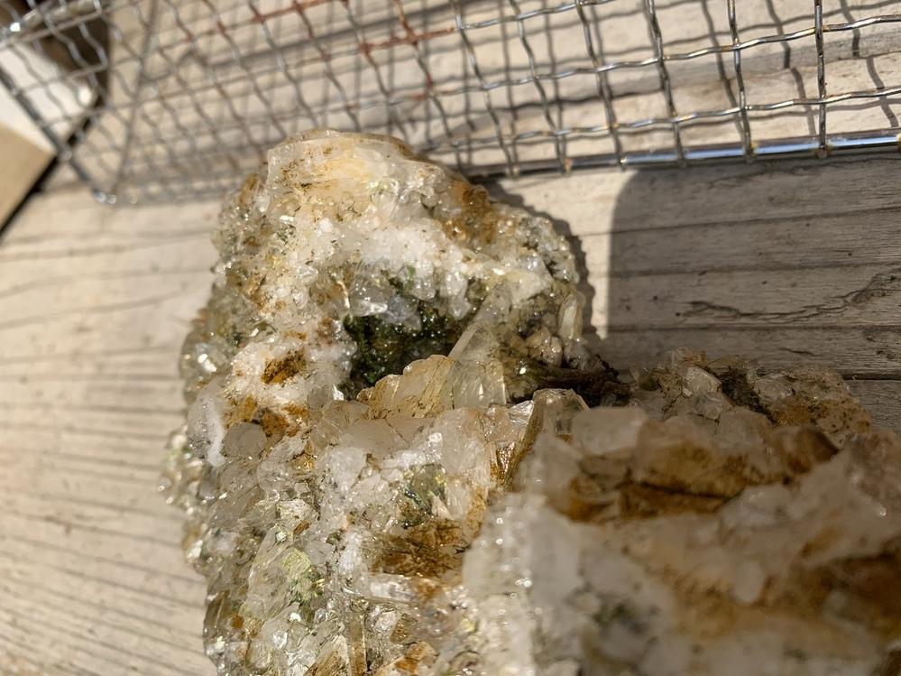 田舎の家で外に放置されてたのですが、これは何の結晶でしょうか?