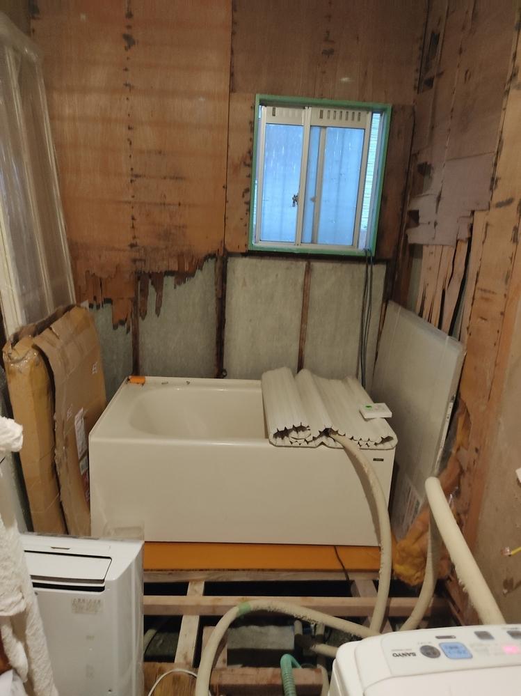 今どきの窓に交換する方法教えてください。DIYカテゴリーマスターパパ王さんかきよし探してます。 他の質問に回答しているの見つけたら、戻ってきてちゃんと回答してあげてと伝えていただきたいです。 お風呂とトイレ、ガタガタの引き戸の小窓ですが、滑り出しサッシ窓購入しました。 ものすごく重いです。 胴縁35*75で、外壁ALCに接着剤でつけてあるだけですが、お風呂場は腐って剥がれ落ちてます。 窓、貼...
