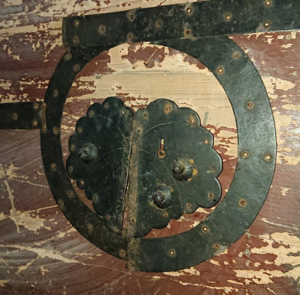 嫁入り箪笥のこの家紋は なんと言う家紋でしょうか? 教えて下さい‼️ よろしくお願いいたします☺️