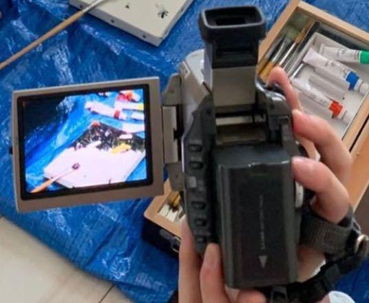 この写真のビデオカメラの名前を教えて頂きたいです。よろしくお願いします