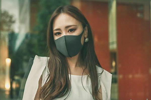 西村大臣によれば、変異型コロナはマスクしててもうつるそうです。 マスクを外す外食も危険だし、電車もですね。 もう開き直るしかないですかね?