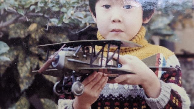 この複葉機の玩具は70年代の前半に買って貰いました。プロペラが回転し走行する、当時としては珍しいギミックです。引っ越しのときに失くしてしまいました。どこのメーカーで価格はどれくらいしたか教えて下さい。