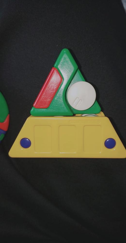 このおもちゃの名前を知りませんか? 小さい頃遊んでいたおもちゃで、おそらく30年ほど前にTOMYさんから発売されたと思われるんですが名前が分かりません。 画像は三角形からトラックに変形するものですが、 この他にも三角形から新幹線になったり 丸い形が原付になったりするものもあります。 名前が分かる方がいらっしゃったら教えて下さい!お願いします