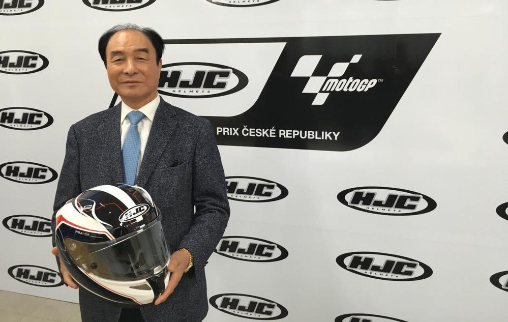 なぜカブトはモトGPライダーと契約しないのですか。 ・・・・・・・・・・・・・・・ 昔はアライとショウェイの2巨頭がモトGPを独占していましたが。 ですが最近は欧州製や韓国製のヘルメットメーカーの参戦でアライもショウェイも押されていますが。 なぜOGKカブトもモトGPライダーと契約しないのですか。 と質問したら。 お金がない。 という回答がありそうですが。 ですが広告費と考えたら安いのでは。 それはそれとして。 世界の有名ヘルメットはたぶんみんなモータースポーツのスポンサーをしていますが。 なぜカブトはモトGPライダーと契約しないのですか。
