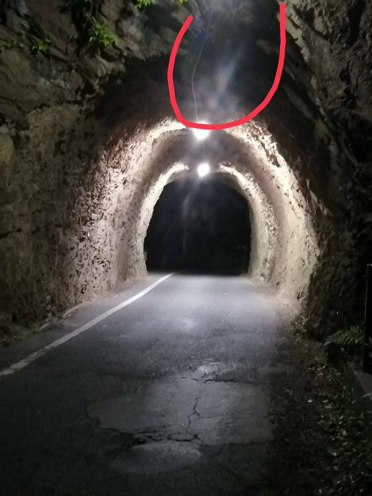 犬山城下隧道にて、心霊写真? 光の加減かもだけど輪郭っぽいのあり、 顔なのか判断しにくいです、 分かる方教えてください