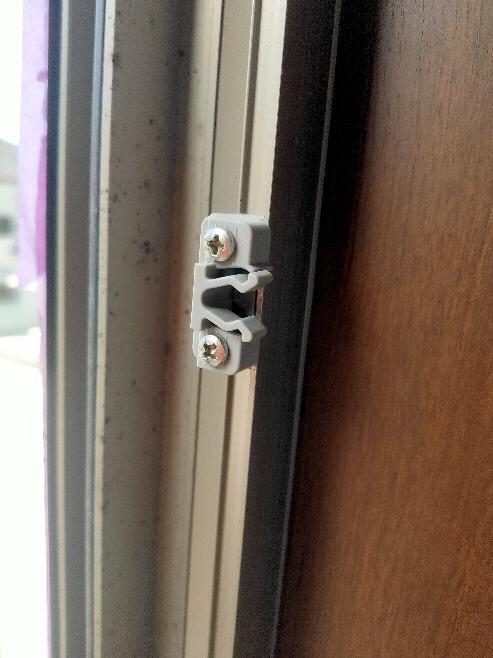 DIY 建築 縦窓の網戸の留め具なのですが、縦窓3つ中2つが破損してしまい、交換したいです この留め具の名前、価格など教えてください