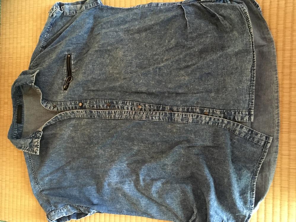 半袖のデニムシャツですが、気に入って何度も着ていたのですが、歩いていたら突然ボタンが空いてしまうと言う事があったのです。 気付いてボタンを締め直したのですが再び開いてしまい、困ってしまった事がありました。 この事を忘れて着てしまった時があり、ボタンが開いてしまった時は、かなり焦りました。 不良品?それともボタンが小さい? どう言う事なのかさっぱりわからず、着たくても着れず、綺麗な状態なので捨てるわけにもいかずで、どうしたら良いのか困っています。 ボタンホールについて調べてみたら、ボタンの直径+ボタンの厚み=ボタンホールの長さとの事でした。 直径8mm+厚み2mm=1cm、ボタンホールは1cmでした。 良く巨乳の人がボタンが開いてしまうことがあるみたいですが、そんな事ではないのです。 どうしたら良いと思いますか? ホックにしようかと思いましたが、ボタンホールが目立ってしまいますし。 要塞が得意ではないのでリメイクする事も出来ません。 諦めるしかないのでしょうか。 何か良い方法はないでしょうか。