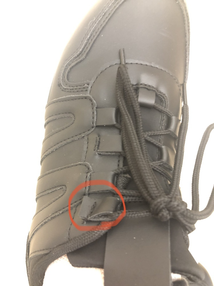 昨日、新しく靴を買ったのですが、一日目の出勤途中に紐を止める穴? の部分がほつれ外れかかっていました。替えの靴がないのでそのまま仕事をしています。 帰りに買ったお店で交換か同じ金額帯ので買い直そうと思うのですが、これは交換できる範囲でしょうか? また、その日のうちにではなく、後日行ったほうがいいでしょうか?