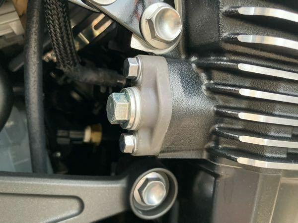 z900rsですが、この部品の付け根にオイルが滲みます。 車体の右側面になり、ボルト3本で止まっているものです。 修理方法をご教示願います。 新車よる500キロですが、保証なないです。 オイルの滲みは、拭き取ってしまっています。