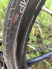 チューブレスレディー対応ホイールの自転車にクリンチャーからチューブレスタイヤに付け替えはできるのでしょうか?また空気圧が下がってチューブが無くなった分どんな感じになるのでしょうか?