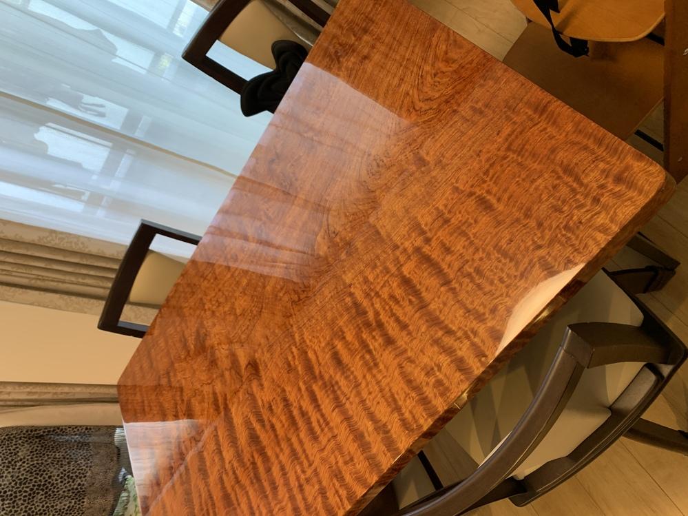 実家から一枚板のテーブルもらったのですが、何の木ですか? お父さんに聞いたら欅との事ですが、よく覚えてないみたいです。 よろしくお願いします。