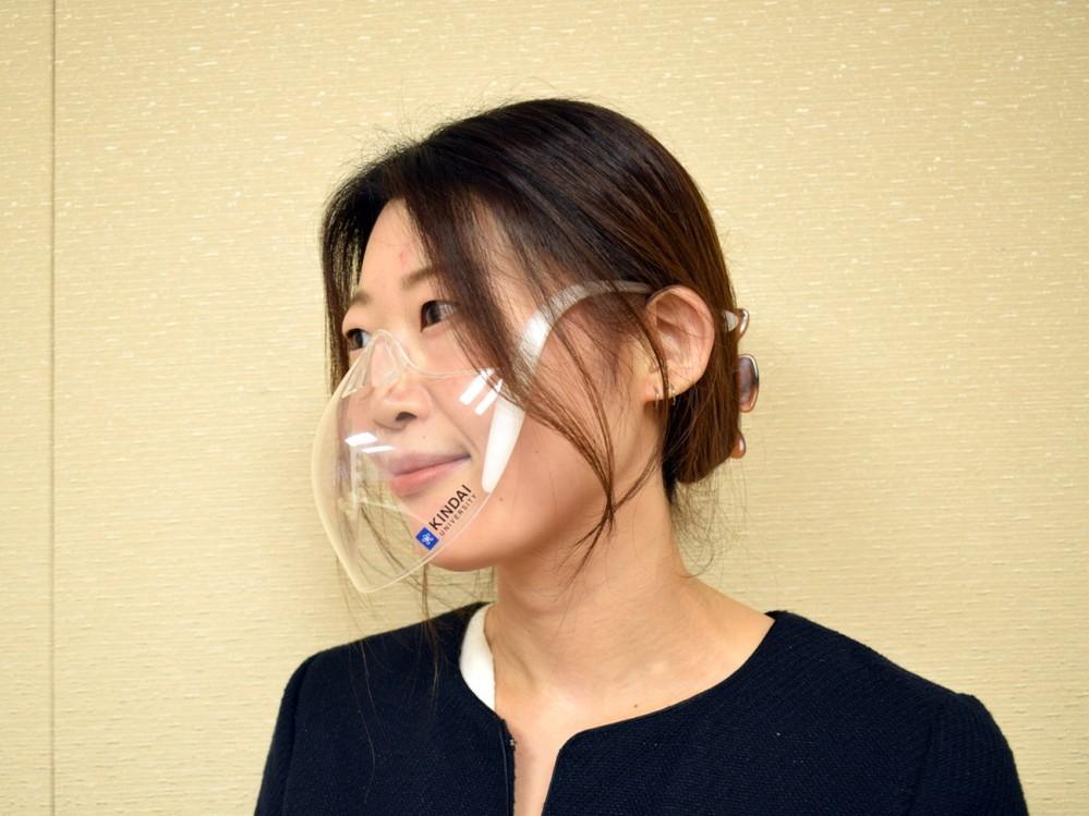 これからの時代、この近大マスクを一般化していくべきだと思いませんか? これは新式マウスシールドなのですが、「花粉が入り込めないマウスシールド」となっています。それでいて、これを着用したまま入浴も出来ますし、頬や唇に密着しないので化粧崩れもありません。 であれば、女子ほどにこれを着用しているべきですね。