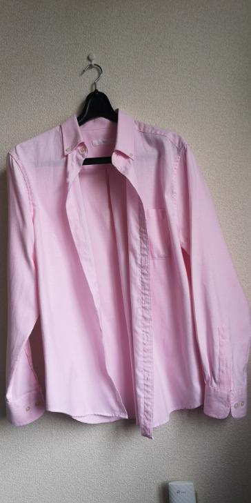 このシャツをあなたならどう着こなしますか?写真では、分かりづらいかもしれませんが小さく白のドットが入っています。また、シャツの裾はYシャツのようにふともも部分が丸みを帯びています