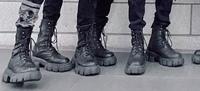 韓国のアイドルとかがよく履いてるこういうブーツってなんて調べたらでてきますか?  韓国 アイドル KPOP ファッション 靴 ブーツ