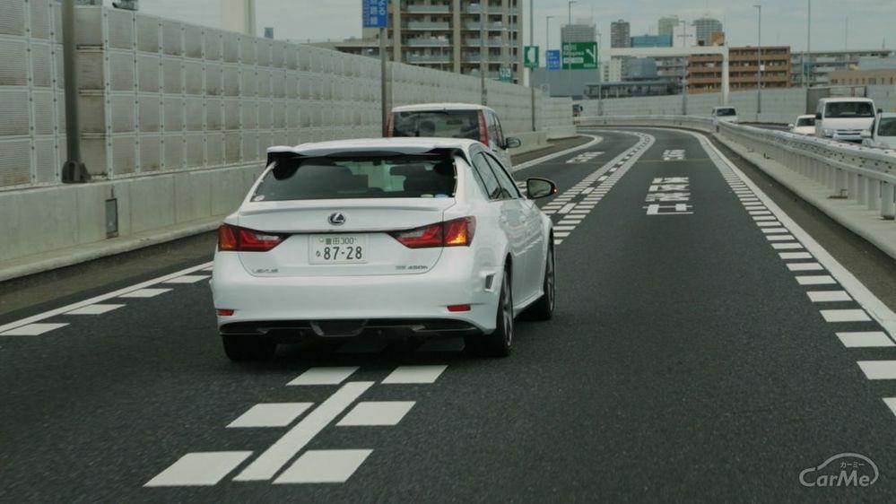 追い抜く瞬間にウインカー出して前に車線変更してくるドライバー多くないですか? 右車線を速い速度で走っていて、左車線にいる車を追い抜こうとするといきなりウインカー出して車線変更してきます、たいたい渋滞列の最後尾や合流地点が多いです。 画像のように100キロくらいで流してて、追い抜こうとした瞬間にこの距離でいきなりウインカー出して私の居る車線に入ってくるんですが、ここでようやく私が真後ろに迫っ...