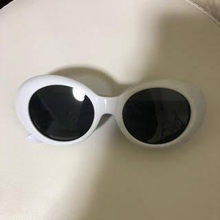 このサングラスをだいぶ前にwegoで見つけました。 そして、今流行ってるので買いたいなと思ってネットを探したのですがなく、店舗はまだ見ていないのですが、誰か見た人は居ませんか??ご返事お待ちしております!!