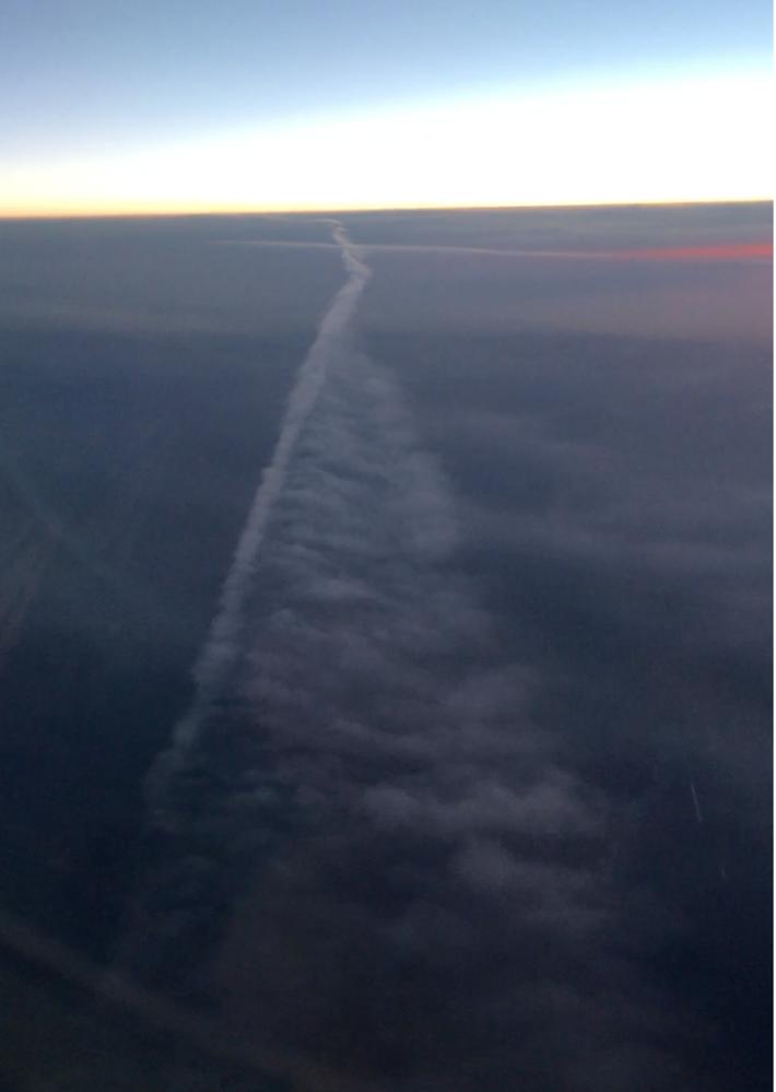 先月、札幌から羽田への機中で宮城上空あたり(推測です)でこんな雲が見えました。 十字架の形です。かなり長いものでキロ単位の長さだと思います。その直線部分に近づくと雲が左から右へと滝のように流れているのが見えました。 上から見下ろしているので高度的には雲の高さだと思うのですが、とても一般的に言う雲には見えませんでした。 何かの現象なのかお分かりになる方はいらっしゃいますか。