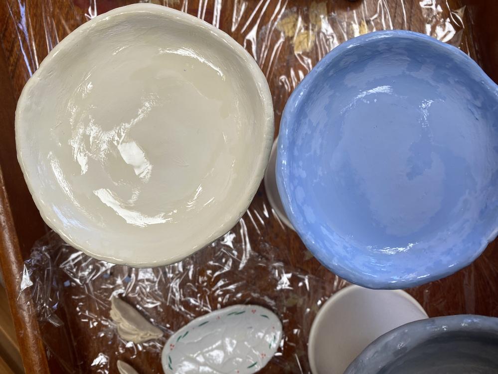 紙粘土を絵の具で着色した後、よく乾かして水溶性のニスをぬりました。 1晩乾かしたところ、ニスは乾いているのですが、写真のようにマダラになってしまいました。 どうしたら綺麗にツヤをだせますか?
