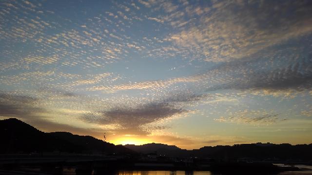 添付写真↓は2021年5月6日19時の 夕焼けの空模様です。 変わった雲です。 なんと言う雲でしょうか? 又、天候に関係する雲でしょうか? 写真中央には飛行機雲も観察できます。