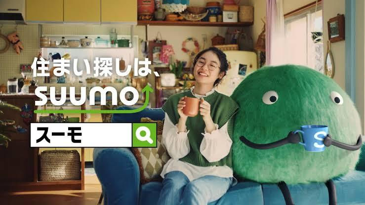 SUUMOのCMで着用されている緑色のベストは、どこの服ですか?