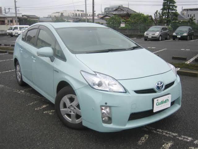 こちらの画像はプリウスのアクアブルーという車なんですが、他にこういう色の車があれば教えてください。普通車でお願いします。
