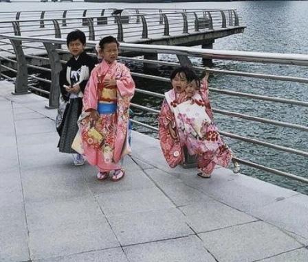 SNSで見た写真なのですが、一番右の子供が二つ顔があるように見えます。 心霊?目の錯覚?見間違い? どうなってるか教えてください!