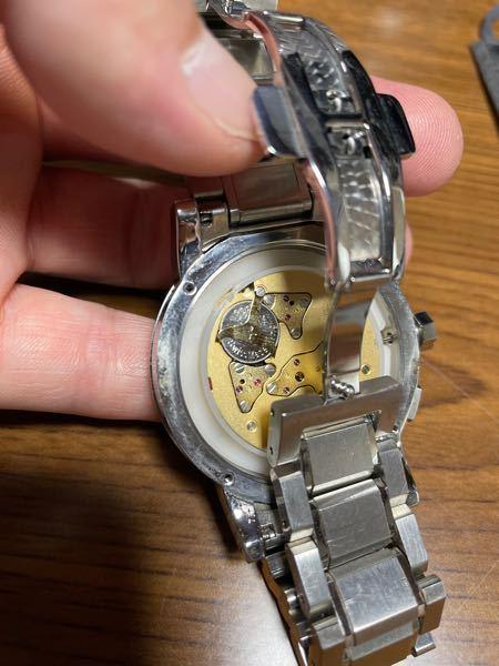 腕時計の電池交換で電池を止めてるネジを外したいのですが、精密ドライバーの-0.6でも入らないので何を使えば良いんでしょうか?