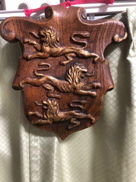 この写真の紋章はどこの国(もしくは血筋)のものかわかりますか? ライオンなのでイギリス関連だとは思うのですが..